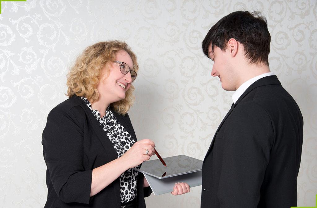 Mit Begeisterung und hoher Kommunikationsstärke berät Christine Leben Ihren Kunden bei Fragen zur bevorstehenden Tätigkeit als Interimsmanagerin im Healthcare Business